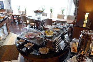 シェラトン・グランデ・トーキョーベイ・ホテル クラブラウンジのコンチネンタルブレックファーストではフルーツやコールドフードがあります。