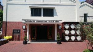 山崎ウイスキー館の入り口です。真横はテイスティングカウンター、テラスです。