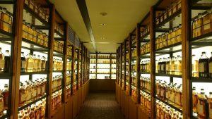 構成原酒が展示されています。様々な琥珀色が美しいです。