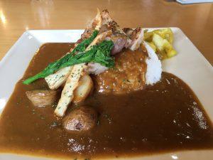 白州蒸溜所のレストラン「ホワイトテラス」でハーブチキンと旬野菜のカレーをいただきました。