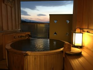 そしてこちらが部屋付き露天風呂。写真ではわかりにくいかもしれませんが、広々としていて湯船も大きい!