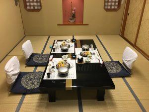 夜のお楽しみ、夕ご飯。今回は個室でのんびり。