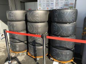 ピット裏にはタイヤが綺麗に並んでいました。こういうのを見るだけでもテンション上がります。