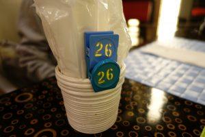 シェラトン・グランデ・トーキョーベイ・ホテルのYA-SHOKU(夜食)のオーダー式ブッフェを利用するバッジ。これをカウンターへ持っていきます。