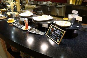 そうすると、焼きたてのピザを持ってきてくれます。シェラトン・グランデ・トーキョーベイ・ホテルのYA-SHOKU(夜食)の価格が少し高いのも納得です。