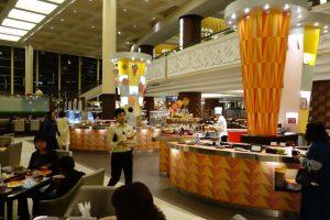 シェラトン・グランデ・トーキョーベイ・ホテルのYA-SHOKU(夜食)のブッフェエリア。サラダやコールドフード、スウィーツがあります。
