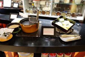 シェラトン・グランデ・トーキョーベイ・ホテルのYA-SHOKU(夜食)の自分で作るラーメン。うどんやそばもあります。