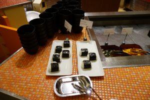 シェラトン・グランデ・トーキョーベイ・ホテルのYA-SHOKU(夜食)には、もちろん、おにぎりといったポピュラーなメニューもあります。横には、ちらし寿司があります。