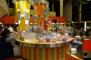 シェラトン・グランデ・トーキョーベイ・ホテルのYA-SHOKU(夜食)のキャンディー類。見ているだけで楽しい気分になります。