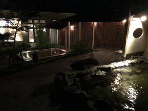 誰もいない夜中の露天風呂の様子。