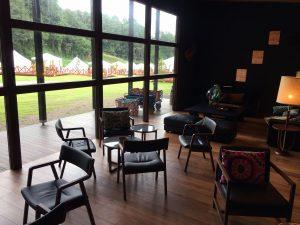ザ・ファーム キャンプ リバーサイドラウンジの内部。写真外右側に各種手続きを行うカウンターがあります。