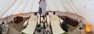 ザ・ファーム キャンプ リバーサイド、テントの中です。写真で見たことのあるグランピングな空間が広がっています。