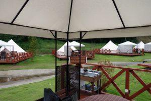 ザ・ファーム キャンプ リバーサイドのデッキからみた各テントとの距離感。ゆったりしていて、プライバシーもグランピングならではです。