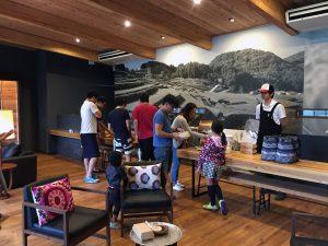 朝食は、ザ・ファーム キャンプ リバーサイドのリバーサイドラウンジで受け取ります。
