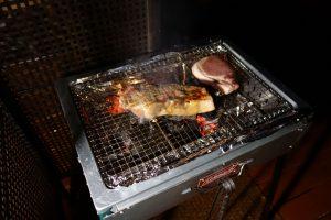 ザ・ファーム キャンプ リバーサイドでのバーベキュー。1ポンドビーフステーキが良い感じに焼けていきます。