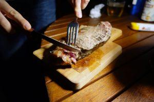 ザ・ファーム キャンプ リバーサイドの1ポンドビーフステーキ。良い感じの焼き上がりです。