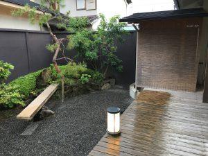 当日は雨で風情のある中庭