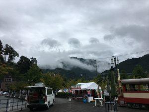 雨はほとんど上がったけど、山には濃い雲がかかっていました。