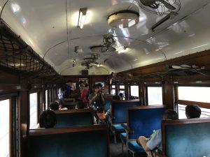 客車もレトロで雰囲気出てます。