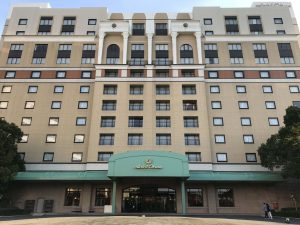 ホテルオークラ東京ベイの外観。シンメトリーで堂々とした風格です。