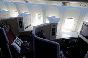 JALのビジネスクラスJAL SKY SUITE Ⅲの窓側席。中央席よりも細かいところで広いです。