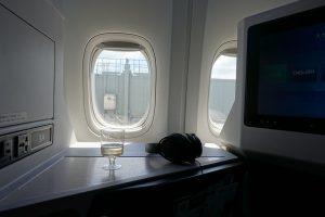 JALのビジネスクラスJAL SKY SUITE Ⅲで提供されるウェルカムドリンク。離陸時はプラカップです。