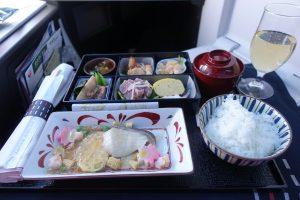 JALのビジネスクラスJAL SKY SUITE Ⅲのホノルル発の食事。往路と比較すると見た目では彩りが負けますが、おいしいです。